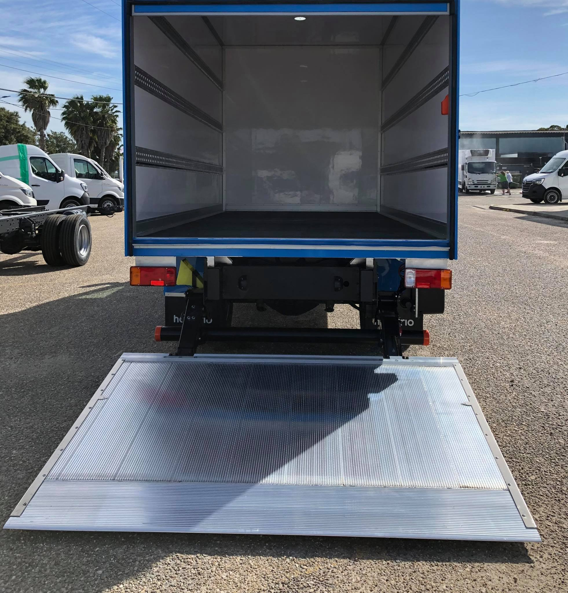 Boxlight com porta de pestana e plataforma rebatível